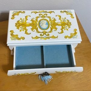 2002 Avon Cameo Jewelry Box